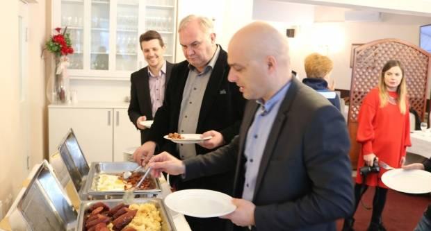 Novinari na doručku s gradonačelnikom Darkom Puljašićem i njegovim zamjenicima