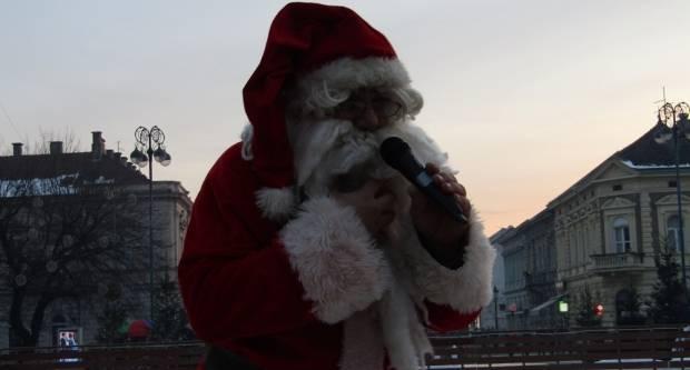 Djed Božićnjak usrećio najmlađe na Korzu
