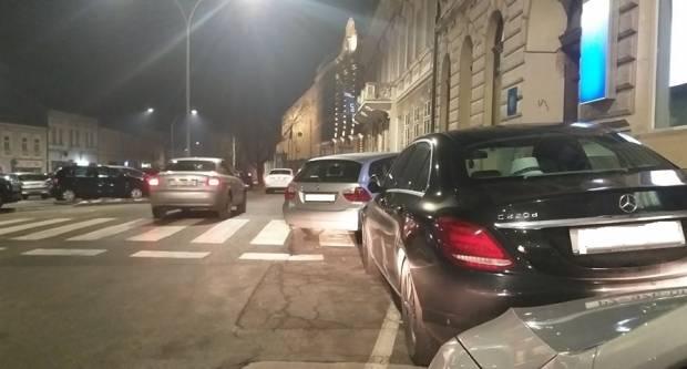BMW-om nasred pješačkog prijelaza i ulaza? Može!