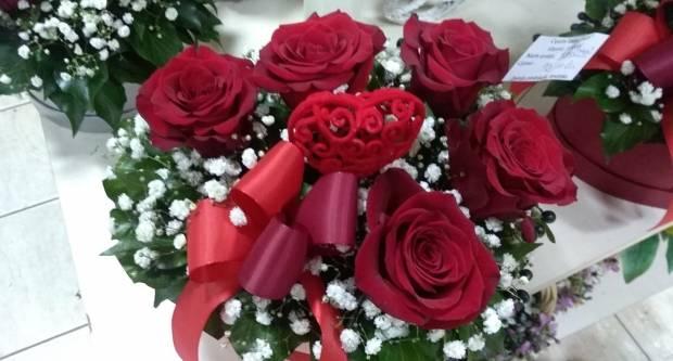 Što Hrvati najviše kupuju za Valentinovo? Od čokolade, večere pa do cvijeća i zaručničkog prstenja