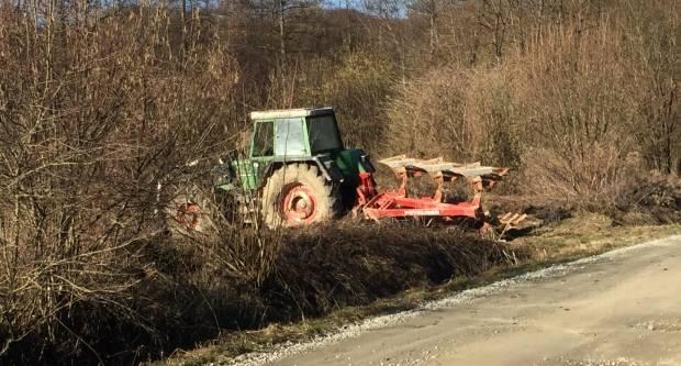 PAO S TRAKTORA I POGINUO: Strašna nesreća jutros između Ugaraka i Milanovca