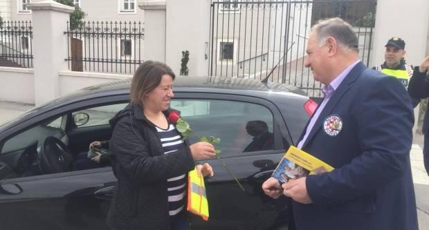 Djelatnici policije i HAK-a ljepšem spolu dijelili ruže i reflektirajuće prsluke