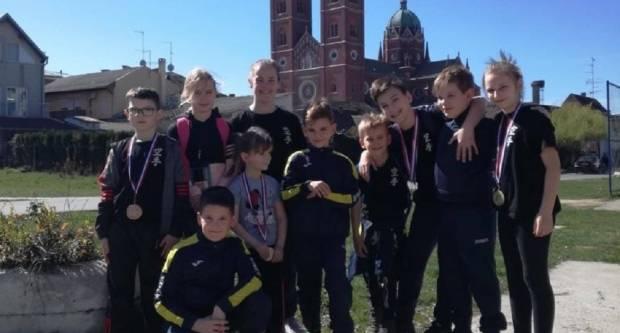 Novih 12 medalja za mlade karatiste