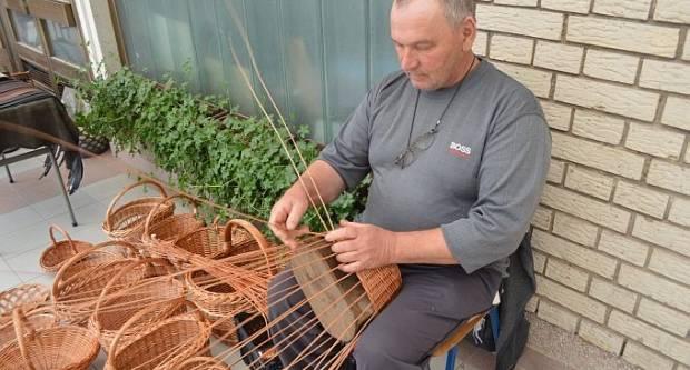 Vješti prsti Mirka Lukača iz Kruševice i danas pletu najrazličitije oblike košara