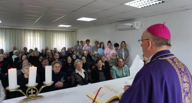 Biskup Škvorčević pohodio Dom za starije i nemoćne u Velikoj