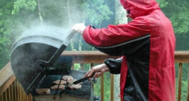 Pripremite se na roštiljanje ispod kišobrana i topliju odjeću