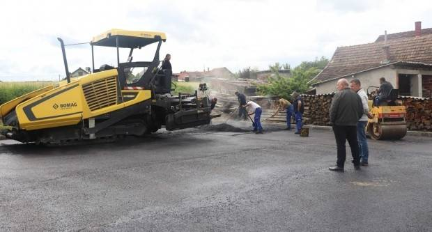 Nanošenjem završnog sloja asfalta dovršava se projekt izgradnje parkirališta kod gradskog groblja u Lipiku