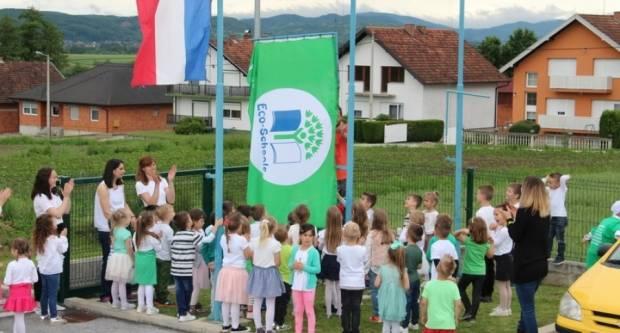 Djeca podigla Zelenu zastavu za eko status od Udruge Lijepa naša