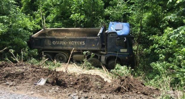 U jučerašnjem slijetanju kamiona u provaliju vozač teško ozlijeđen