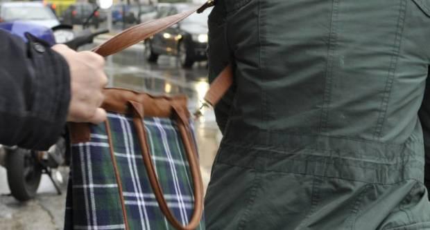 Dvojica ʺmangupaʺ oteli starici torbicu, ali isti dan su privedeni u policijsku postaju