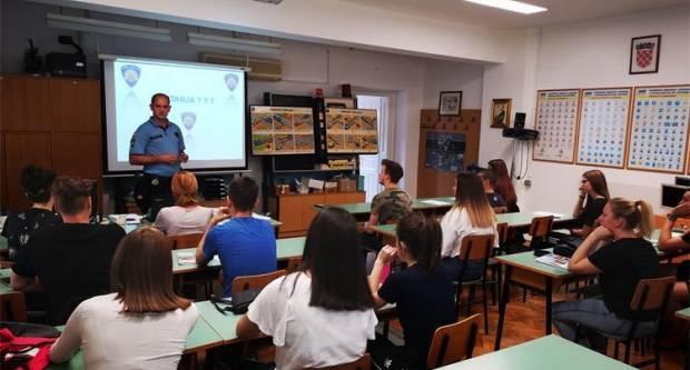 U Požegi, u auto školama ʺHerzʺ i ʺDugaʺ održano je predavanje budućim mladim vozačima