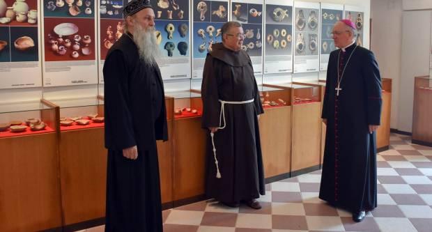 Biskup Antun Škvorčević i episkop Jovan Ćulibrk posjetili  biblijsku izložbu u Cerniku
