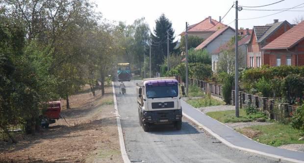 Jučer i danas: Asfaltira se nova prometnica u Aleji kestenova u Pakracu