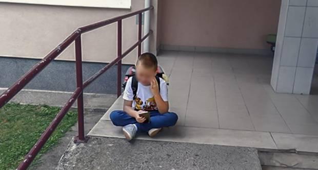 SLAVONSKI BROD - Ovo je slika uplakanog prvašića s autizmom na prvi dan škole. Nema pomoćnika