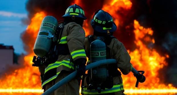 Zbog kvara na električnim instalacijama, u dvorištu se zapalio radni stroj