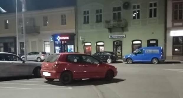 Kad nema mjesta na Trgu, parkira se i nasred ceste
