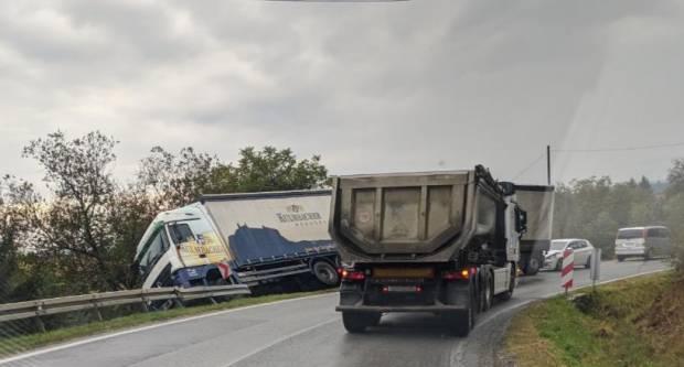 Izgubio kontrolu nad kamionom i sletio u putni kanal
