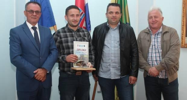 Alilovčanin Miroslav Bartolović, državni prvak u oranju, na prijemu kod župana