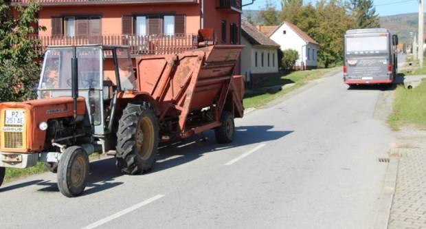 U Kaptolu prometna između autobusa i traktora s pridodanim berače za kukuruz