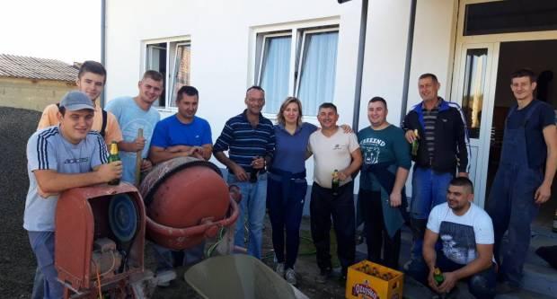 ʺMoral svim vrijednim sudionicima radne akcije podigla je gradonačelnica Antonija Jozić s gajbom ožujskog napitkaʺ