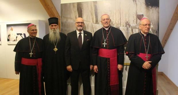 """U Požegi otvorena izložba fotografija """"Papa Franjo u Izraelu"""""""