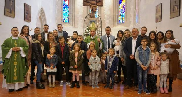 Međunarodni dan siromaha, požeški biskup Antun Škvorčević proveo je u župi Voćin