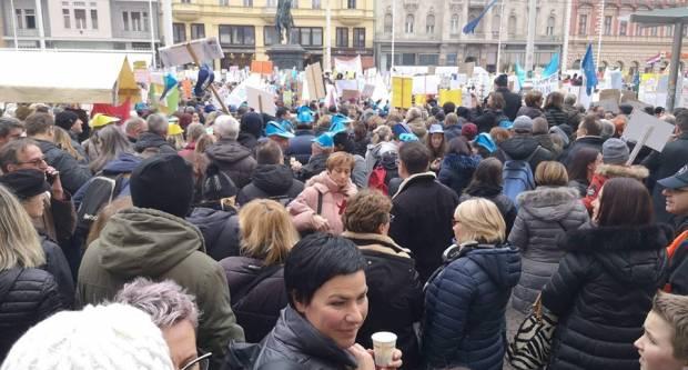 Na Trgu bana Jelačića u Zagrebu veliki broj profesora sudjeluje u prosvjedu ʺHrvatska mora boljeʺ
