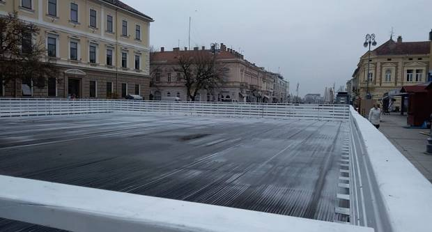 Rade se zadnje pripreme za Advent u Slavonskom Brodu, klizalište se otvara u subotu