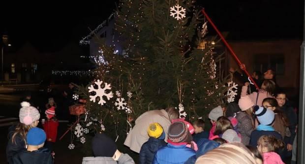 Zbog lošeg vremena ukrašavanje gradske božićne jelke u Lipiku održat će se u srijedu