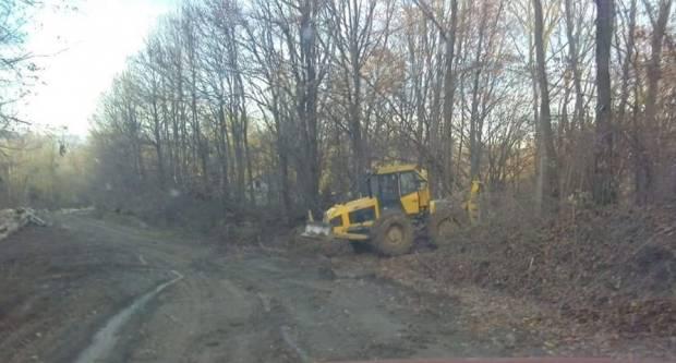 Mještani Komušine i Laza ogorčeni jer zbog blata i zemlje na ʺcestiʺ ne mogu prići svojim kućama