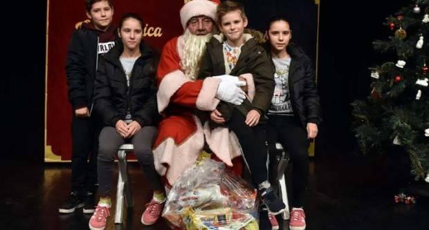Uz predstavu Crvenkapica ili Trnoružica, organizirano darivanje za djecu