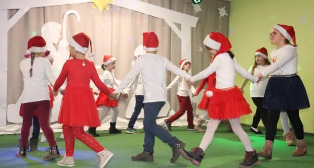 Osnovnoškolci iz Lipika uputili svima božićnu čestitku uz svoj blagdanski program