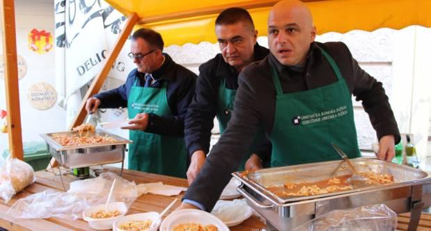 Udruženje obrtnika PSŽ i političari dijelili tisuću porcija posnog ručka u Požegi