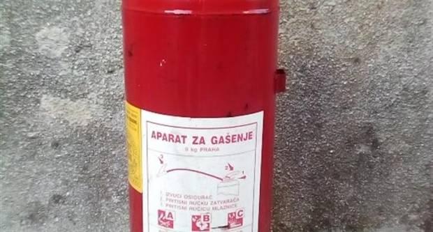 U Pakracu otuđeni vatrogasni aparati i mobitel