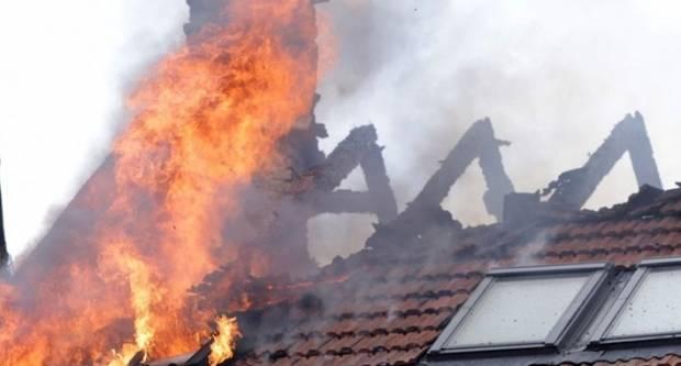 Policajci uočili požar na obiteljskoj kući u Velikoj Kopanici i odmah započeli sa gašenjem