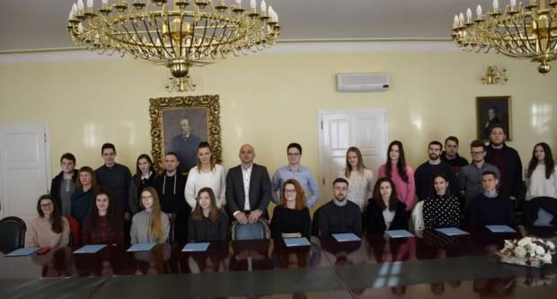 Danas je 25 novih studenata i 4 darovita učenika potpisala ugovore o stipendiji Grada Požege