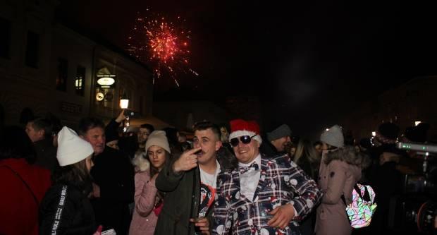 Brođanke i Brođani također su dočekali 2020. godinu na Trgu