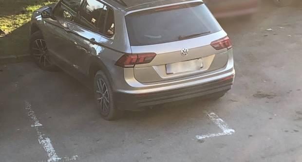 Parkiranje po pola crte ili preko crta? Koga briga… Bitno da smo parkirani!