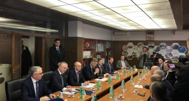 Prije nekoliko minuta premijer Plenković i tri minstra stigli su u Đuru Đaković d.d.