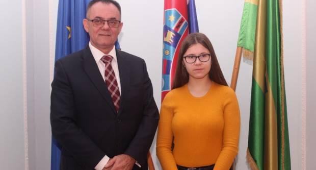 Župan Alojz Tomašević ugostio Ivonu Halas, učenicu 1. razreda Gimnazije u Požegi