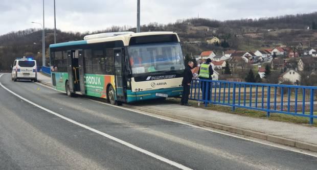 Vozaču autobusa pozlilo te je udario u zaštitnu ogradu nadvožnjaka u Požegi
