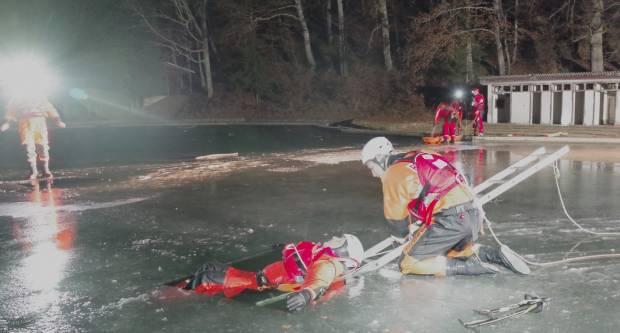 Noćna vježba spašavanja iz leda