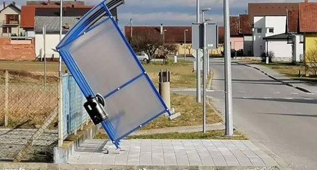DOBRO ODRAĐEN POSAO U VARELOVCU: Vjetar iščupao autobusnu stanicu??!!!