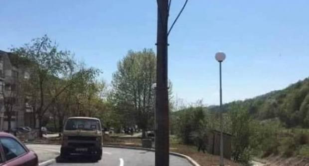 Samo u Tuzli: Betonski stup Elektroprivrede BiH nasred ceste