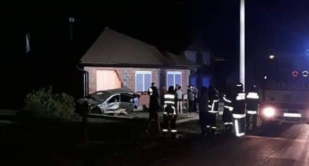 PROMETNA NESREĆA U TRNOVCU:  Pijani 20-godišnjak se automobilom zabio u kuću