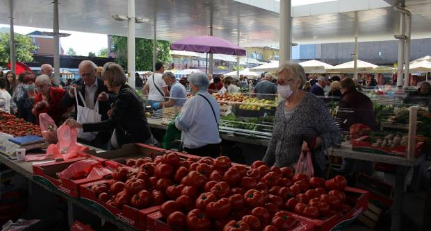 Od voća i povrća do cvijeća, raznolika ponuda na tržnici