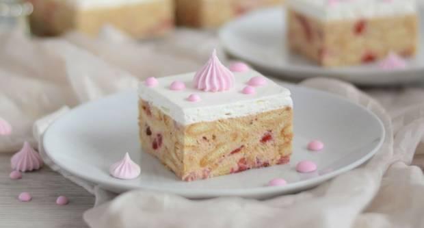 BEZ PEČENJA: Recept za brzi kolač od jogurta, keksa i jagoda