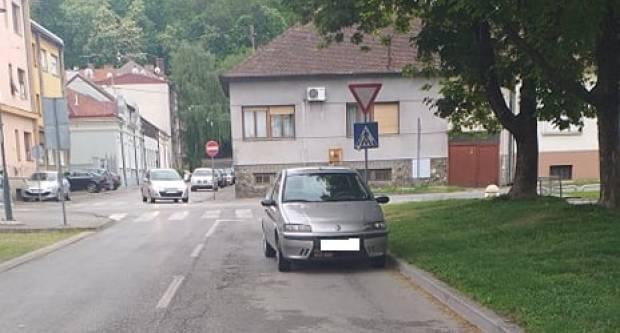 NISMO DUGO: Požeško parkiranje nasred ceste