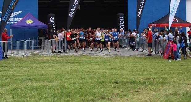 Ove godine 200-tinjak je trkačica i trkača svoje korake pustilo na pisti aerodroma na Jelasu
