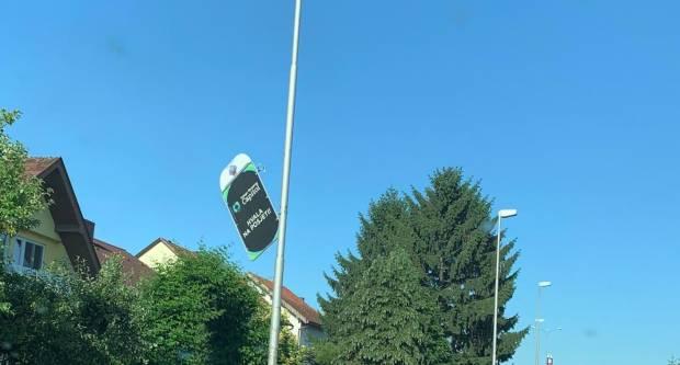 Oprez, pješaci! Reklama u Cerničkoj ulici doslovno visi o niti